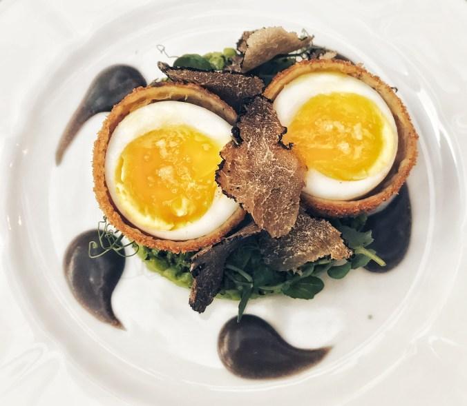 Wat aten zij bij Café Caron - gefrituurd eendeei, erwtjes, truffel