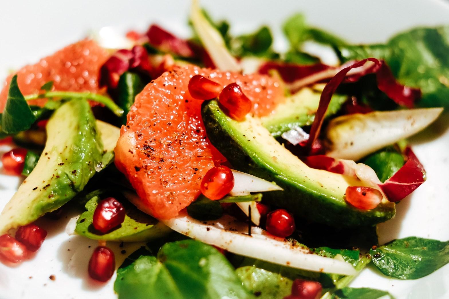 Salade van grapefruit, avocado, granaatappel. En voatsiperifery