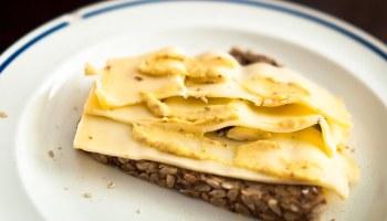 Boterham met tevredenheid (kaas en mosterd)
