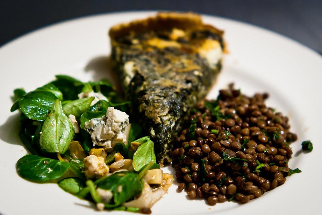 Linzen met spinazie-quiche en veldsla
