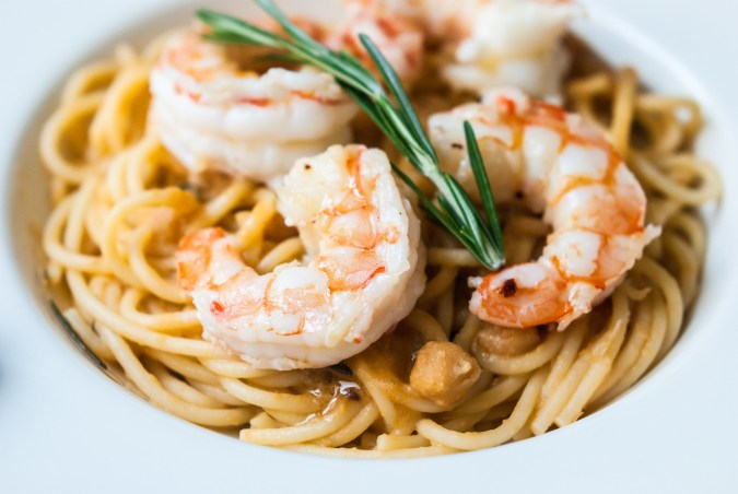 Spaghetti met kikkererwten en gamba's zoals bij Toscanini