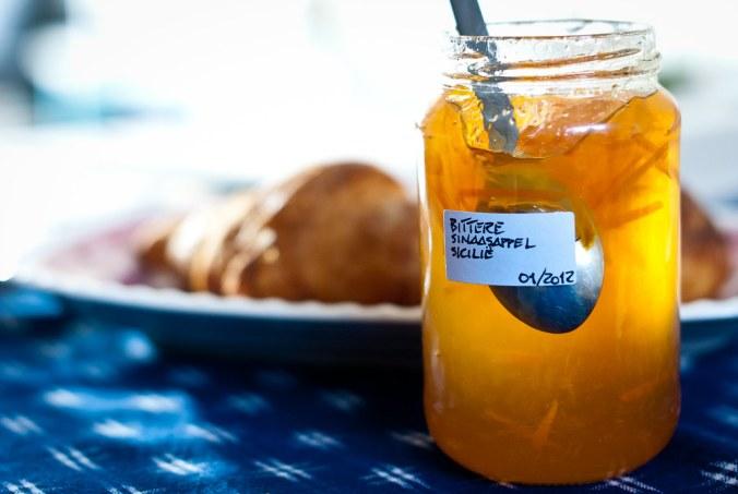 Bitter ontbijt met croissants en sinaasappelmarmelade