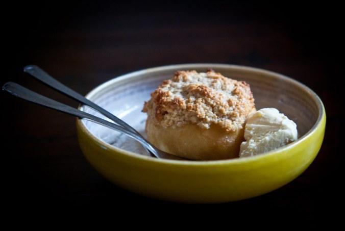 Gegratineerde perzik met amandelen, het perfecte zomerdessert