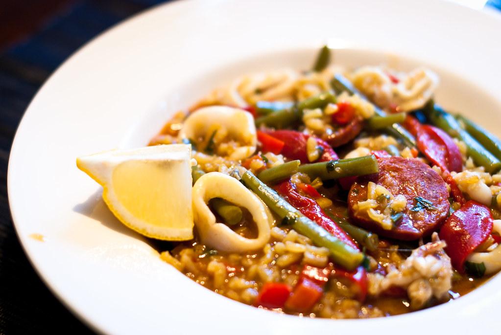 Paella met inktvis en chorizo