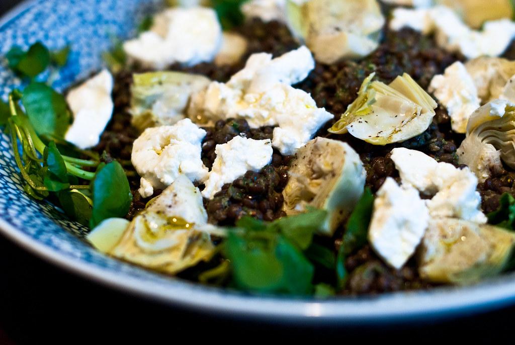 Salade van linzen, geitenkaas, waterkers, artisjok en ingemaakte citroen