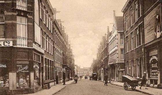 Slagerij Anton Nieuwendijk (linkerkant, ergens in het midden)