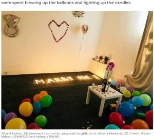 【悲報】100本のキャンドルを部屋に飾りプロポーズに臨んだ男性 火が燃え移り部屋が全焼!!