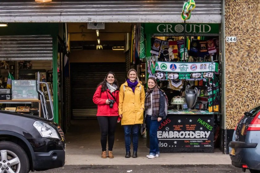 Travel blogger Kathi with two guests on a Watch Me See Glasgow city tour.