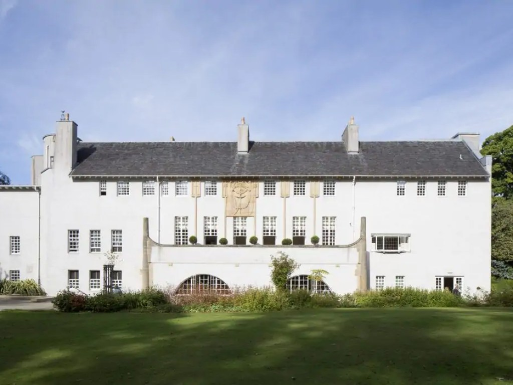2018 marks the 150th anniversary of the birth of Charles Rennie Mackintosh, possibly the most famous architect to hail from Glasgow and leading figure of the Art Nouveau movement. This is a complete guide to Mackintosh architecture in Glasgow and which museums, shops and tours to add to your Mackintosh itinerary!