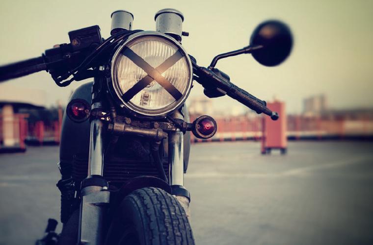 moto-cafe-racer-montre-zenith-pilot