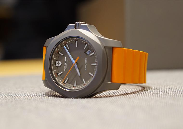 Victorinox-Titanium-inox-orange-couchee