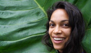 Rosario Dawson comes out while discussing relationship with Cory Booker