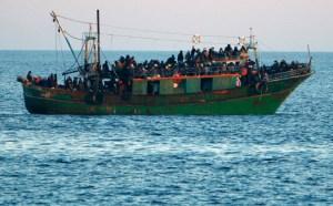 6638-immigranti-tunisini-su-un-barcone-diretto-allisola-di-lamped