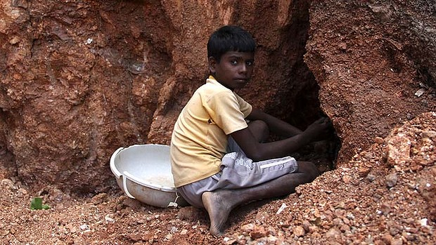 Salim, 12 anni, estrae la mica