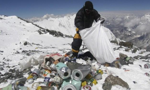 Everest, una discarica ad alta quota. Dal 2015 nuove tariffe per la scalata