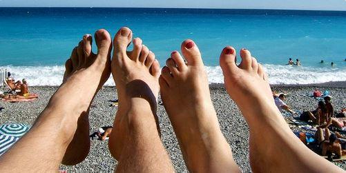 piedi in spiaggia
