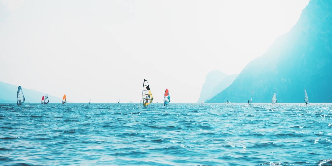 Cime montuose si specchiano in acque cristalline