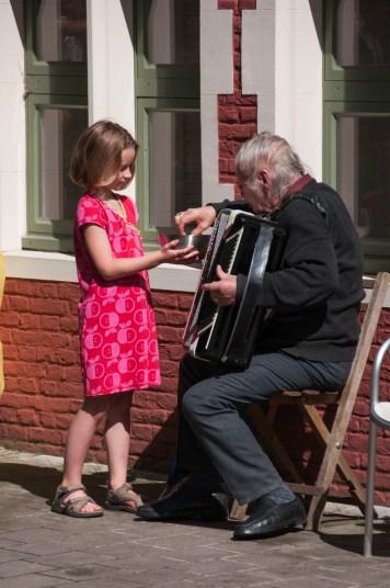 Anna geeft chips aan de muzikant