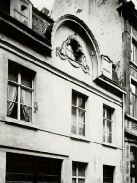 Foto (1940) van gevel met halfrond fronton en drielobbig venster