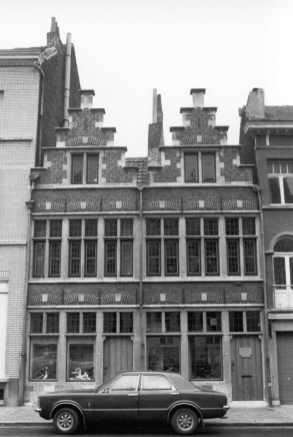 voorgevel - achttiende eeuw - in 1962 gereconstrueerde voorgevel. Links nr. 42, rechts nr. 40. Beeld: BML, opname: 1975