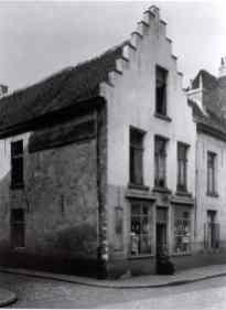 1942 - voorgevel - hoek met de Willem De Beersteeg. Beeld: KIK, opname: 1942