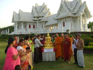 มอบพระพุทธรูปให้แก่ชุมชนชาวพุทธ  เพื่อประดิษฐานในวิหารหรือศาลาประจำวัดและชุมชน