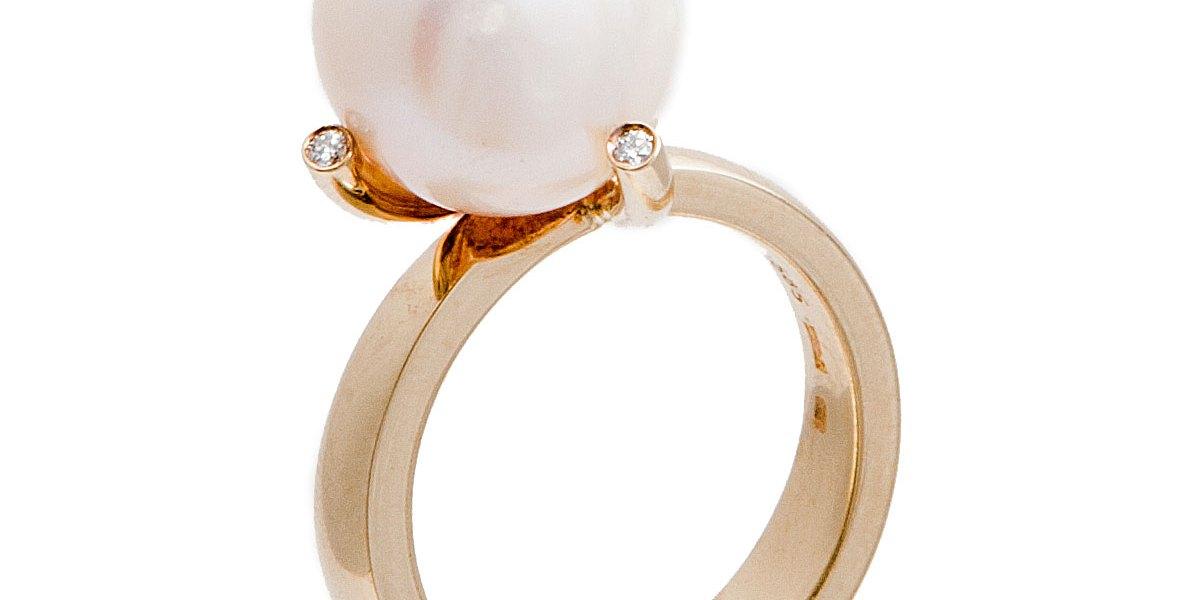 Geelgouden ring met een ovale parel en diamant