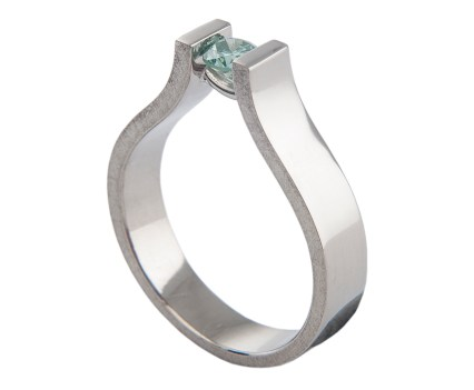 Ring van witgoud met een briljant geslepen blauwe diamant