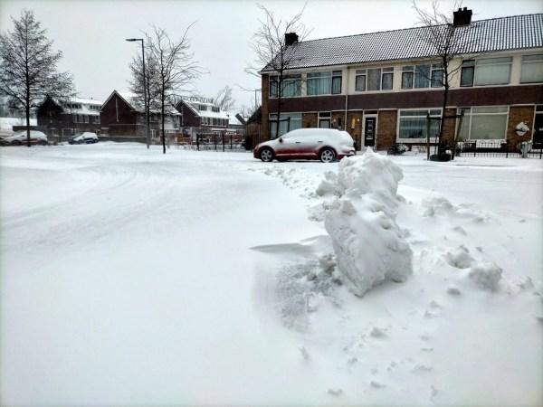 Sneeuwschuiver laat grote blokken achter