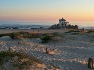Capela do Senhor da Pedra am Strand von Miramar