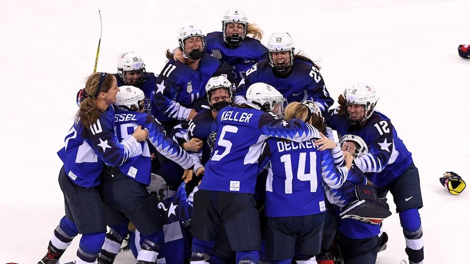 womens_hockey_703385