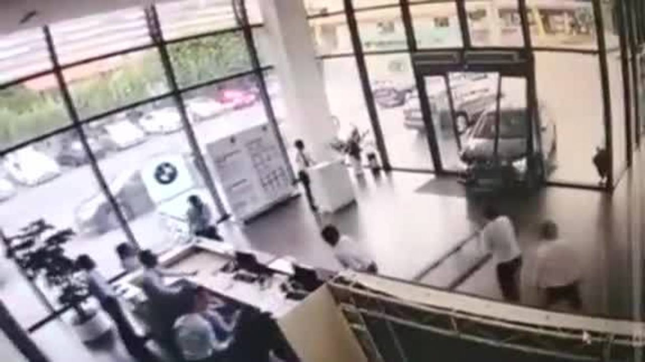 Woman_crashes_BMW_through_dealership_0_52070855_ver1.0_1280_720_1534439717929.jpg