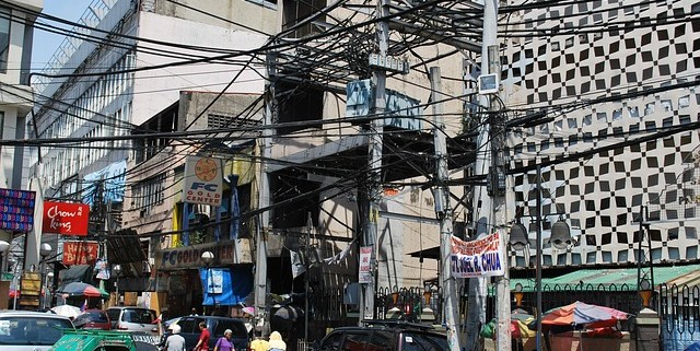 Straßenbild mit verworrenen Kabeln