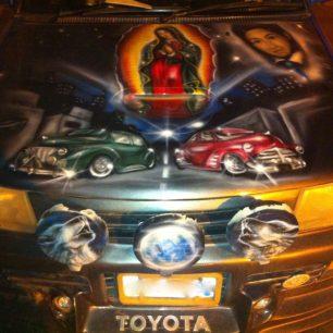 Voiture décorée avec la Vierge, des loups et des voitures, en Bolivie