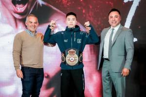 Gilberto Jesus Mendoza awards the WBA title to Can Xu