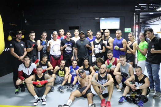 Jorge Linares shares experiences with boxers from Medellin