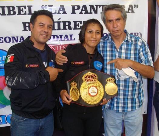Maribel Ramírez  expone la corona súper mosca de la AMB