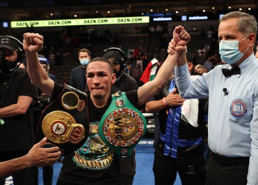 El Gallo avenged his loss to Chocolatito by split decision in Dallas
