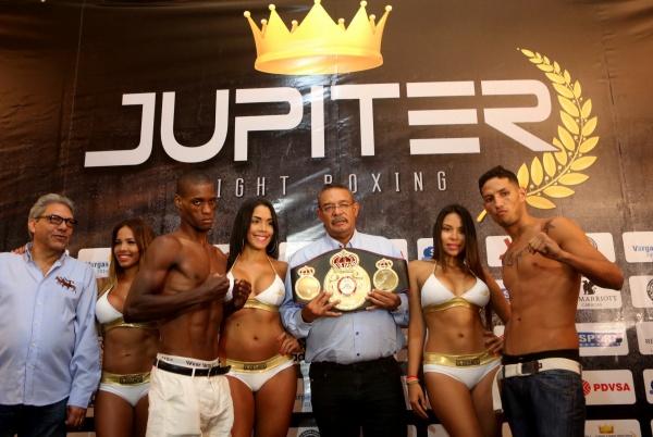 El campeón interino de los superligeros de la Asociación Mundial de Boxeo, el venezolano Johan Pérez y su oponente, el dominicano Fernando Monte De Oca