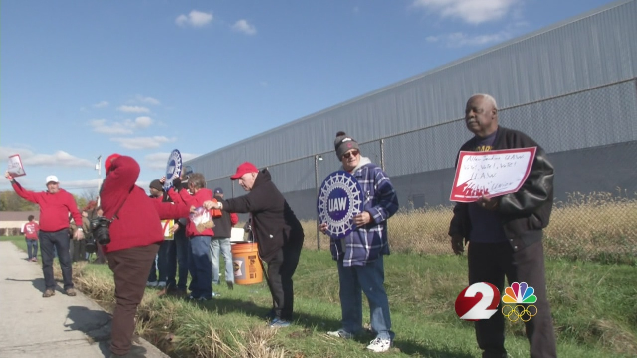 UAW supporters rally as Fuyao employees vote
