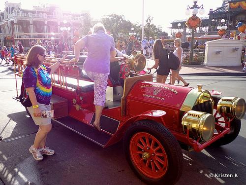 Motor No. 71 Ferrys Guest Subindo e descendo a Main Street USA
