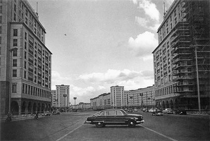 b.Arno_Fischer-_.Berlin_Wschodni-_Strausberger_Platz_1959.jpg