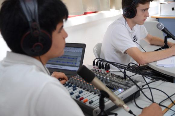Fernando y Sergio conduciendo el programa de radio en directo durante la European Maker Week