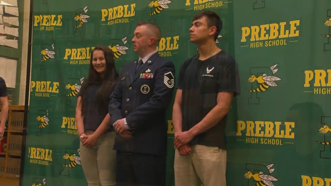 Students_entering_armed_forces_honored_a_0_20190522225557