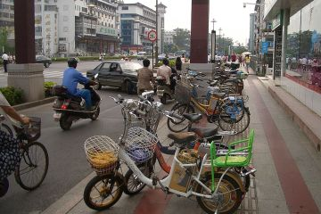 1200px-Yangzhou-WenchangLu-electric-bicycles-3278