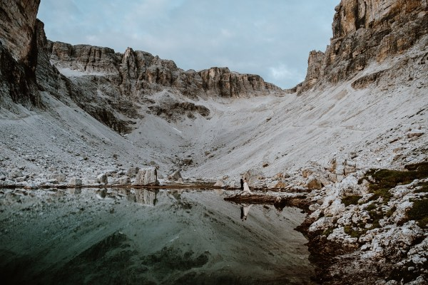 A sunrise elopement ceremony at an alpine lake in the Dolomites by Wild Connections Photography