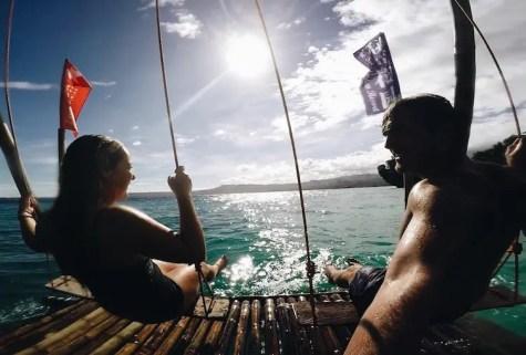Backpacken filipijnen schommelen zee