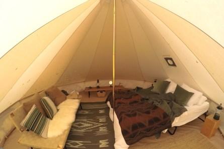 Binnenkant tent in Golden glamping tent canada
