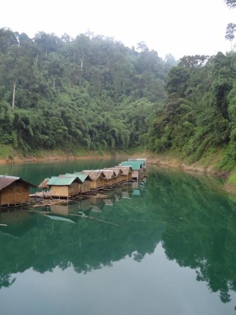 Khao sok hutjes op het water thailand