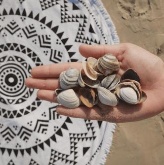 Schelpen zoeken strand ronde handdoek